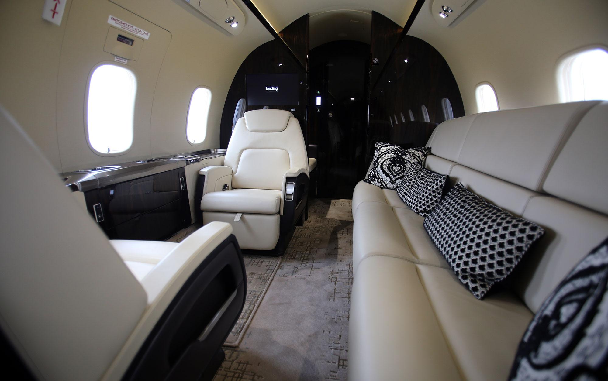 Challenger 350 kompanii PrivateJetBooking i s takoj komplektatsiej salona - Bombardier Challenger 350
